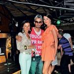 Delavna Katja Kranjc, vodja in bar menedžerka v Alayi, z Geno Zenellijem in Dašo Podržaj. (foto: Primož Predalič)