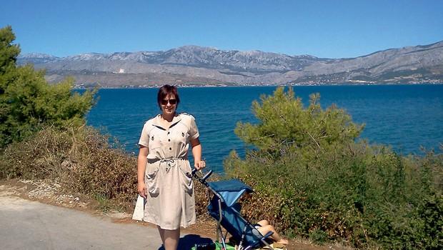 Nuška Drašček s sinčkom Luko na morju (foto: Story press)