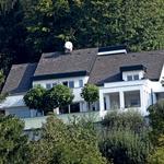 Nekoliko višje na hribu na Brezovici pri Ljubljani ima njen bivši razkošno vilo z bazenom. Sabina se je življenju v luksuzni hiši hitro privadila, kadar se nista odpravila na morje, se je lepotica hladila kar ob bazenu.  (foto: Helena Kermelj)