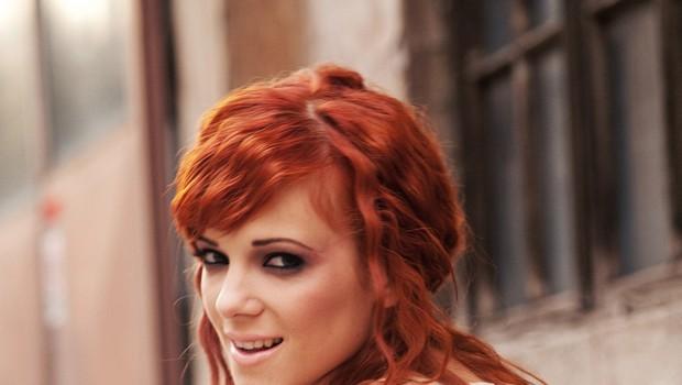 Nina Pušlar predstavlja novo skladbo z naslovom Pozdrav z ljubeznijo (foto: Mimi Antolovič)