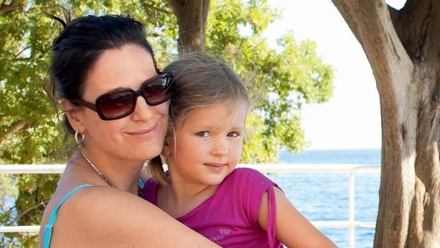 Manca Izmajlova s hčerko Izabelo (foto: osebni arhiv)