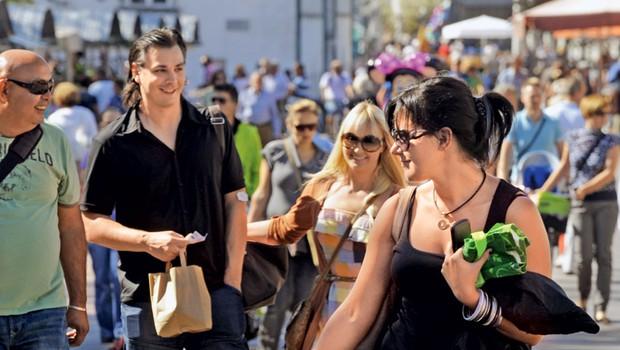 Sončno sobotno dopoldne je družbo, ki je bila očitno dobre volje, spravilo v mestno ljubljansko središče, kjer se je Saša udeležila tudi dobrodelne akcije Veselo jabolko revije Lea. (foto: Primož Predalič)