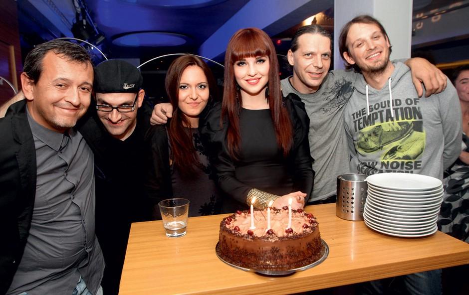 Maja je v duetu z Ano Bezjak še zadnjič stopila skupaj na oder in zapela vse njihove uspešnice, ki se vrtijo tudi na radijskih postajah. (foto: Goran Antley)