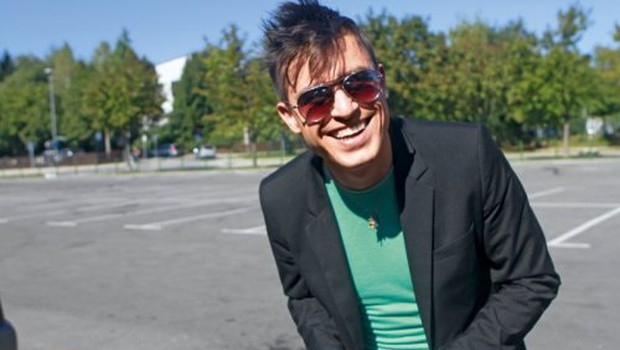 Omar je v Londonu nasmejan in dobre volje, kar je vidno tudi iz posnetka, ki ga je objavil na Youtube. (foto: Goran Antley)