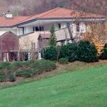Hiša leži na idilični lokaciji, tik pod hribom. (foto: N. Divja)