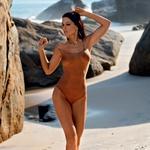 Ena od lokacij fotografiranja je bila tudi na nudistični plaži, kjer se je skoraj samotna plaža v trenutku spremenila v opazovalnico.  (foto: Playboy)