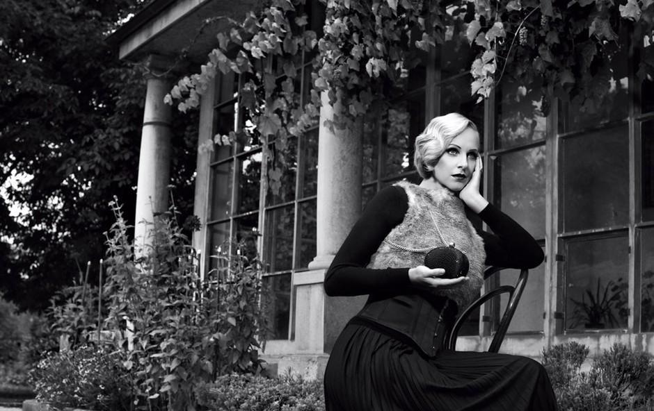 Oblačila: Krilo (obleka) Dorothy Perkins, Emporium; brezrokavnik iz umetnega krzna (obrnjen) s.Oliver; jopa in torbica Mango; pas/korzet Agent Provocateur (foto: Fulvio Grissoni)