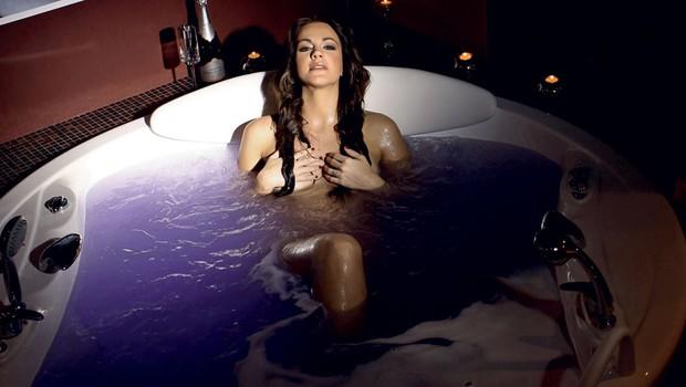 Rebeka Dremelj - razvajanje v peneči kopeli (foto: Dejan Nikolič)
