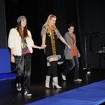 Ula Furlan, Ajda Smrekar in Tina Gunzek kot srednješolke naivno vstopijo v bitko za voditeljski stolček. (foto: Sašo Radej)