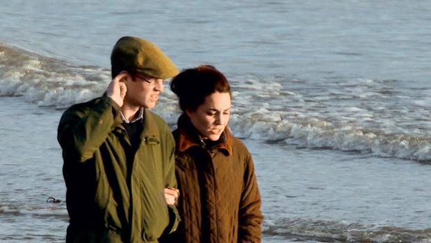 Redko kdaj kraljevi par ujamejo v objektiv paparacev. Tokrat pa so ju očitno zasačili med prijetnim sprehodom ob obali s štirinožnim prijateljem.  (foto: Profimedia.si)