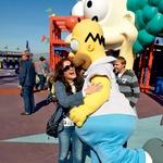 Rebeka je v studiu Universal srečala svojega usodnega moškega - Homerja Simpsona. Sandi je bil seveda zelo ljubosumen ... (foto: Story press)
