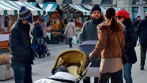 Sebastijan je ponosno porival voziček, v katerem je pridno spala njegova hčerka Ronja. (foto: Story press)