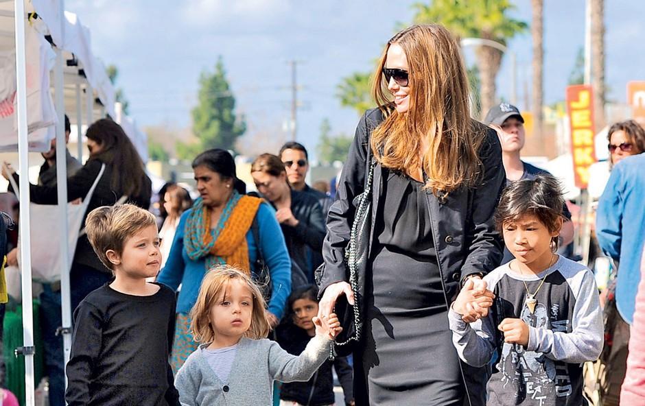 Angelina Jolie z otroci (foto: Profimedia.si)