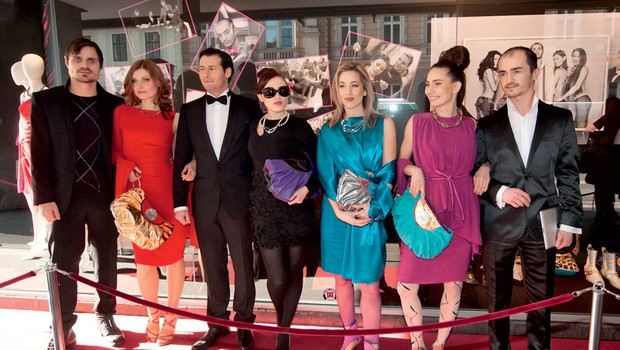 Igralci Klemen Mauhler, Gregor Cesar, Tina Uršič, Miki Bubulj, Nina Ivanič, Maja Martina Merljak in Alenka Tetičkovič. (foto: Sandra Bratuša/Zaklop.com)