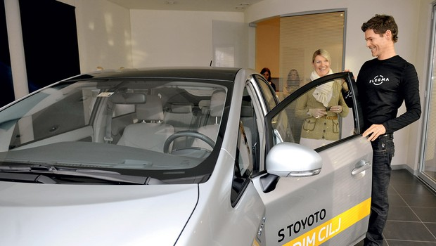 Senja Vraber, direktorica marketinga pri Toyota Slovenija, je Alenu predala ključe novega Priusa. (foto: Primož Predalič)