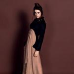 Oblačila: obleka kreacija Špele Klare Jambrek, čevlji Top Shop, Emporium, elastike za lase kot zapestnice Top Shop, Emporium (foto: Fulvio Grissoni)