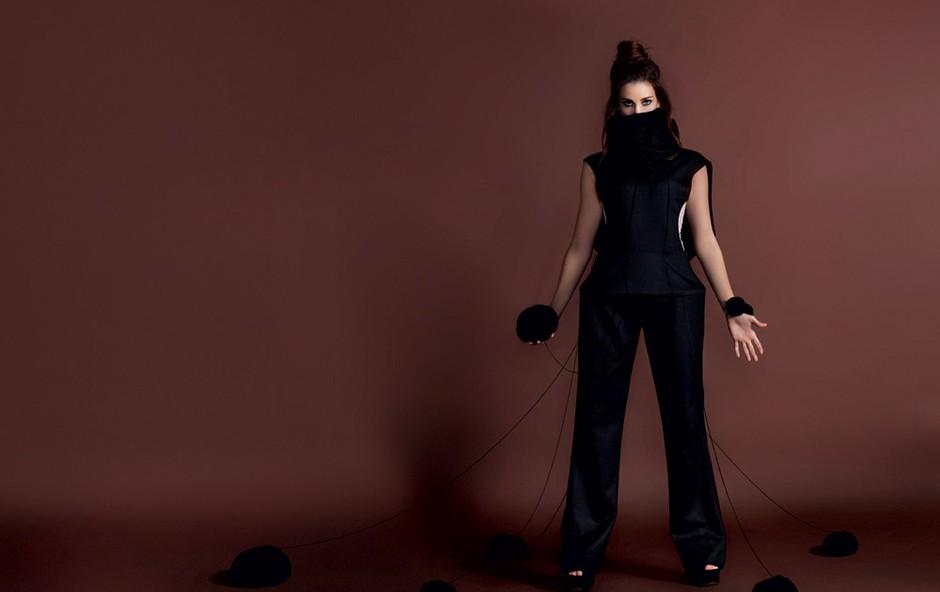 Oblačila: kombinezon z vulkanskim ovratnikom kreacija Špele Klare Jambrek, majica pod kombinezonom Intimissimi, čevlji Top Shop, Emporium, elastike za lase kot zapestnice Top Shop Emporium (foto: Fulvio Grissoni)