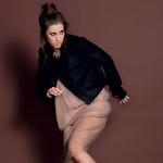 Oblačila: obleka kreacija Špele Klare Jambrek, nogavice Calzedonia, čevlji Top Shop, Emporium, elastike za lase kot dodatek na čevljih Top Shop, Emporium (foto: Fulvio Grissoni)