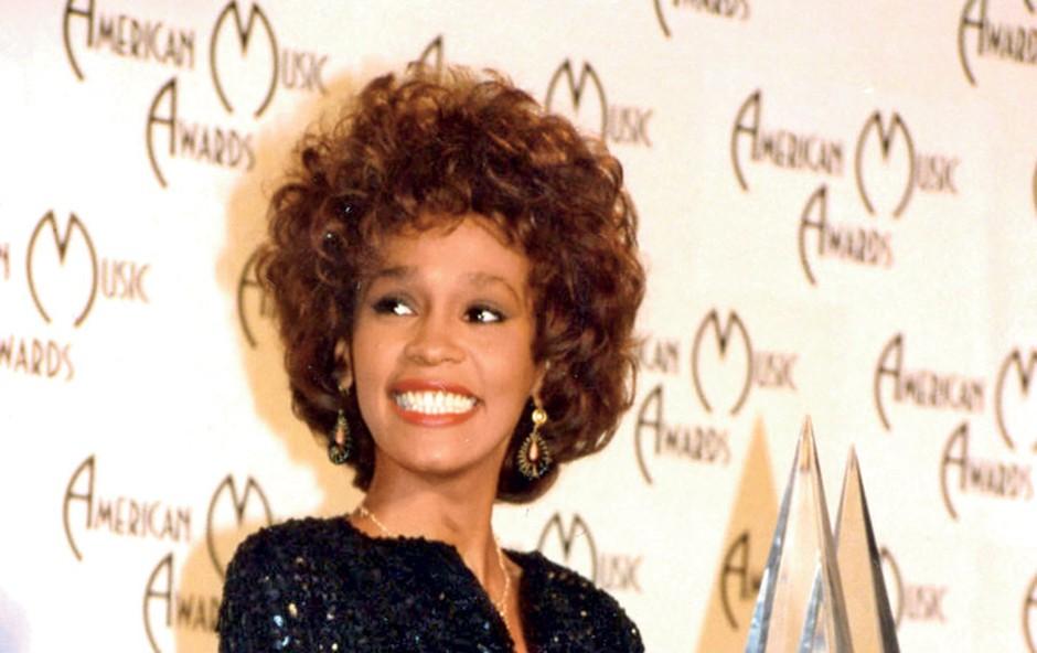 Whitney Houston je dobitnica dveh emmyjev, šestih grammyjev, 30 glasbenih nagrad billboard in 22 ameriških glasbenih nagrad, v njeni bogati glasbeni karieri pa se je skupno nabralo kar 415 različnih nagrad.    (foto: Profimedia.si)