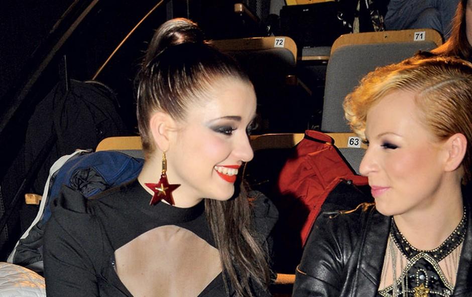 Maja Keuc je med generalko Eme pozabila, da mora s kratkim krilom sedeti kot prava dama. (foto: Sašo Radej)