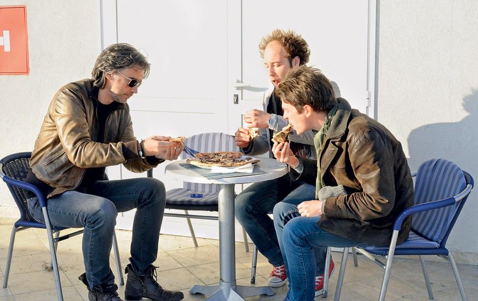 Za zajtrk je bila tokrat pica v družbi fantov iz skupine Escobars, na sončku, v pravem primorskem vzdušju 'na izi'. (foto: Primož Predalič)