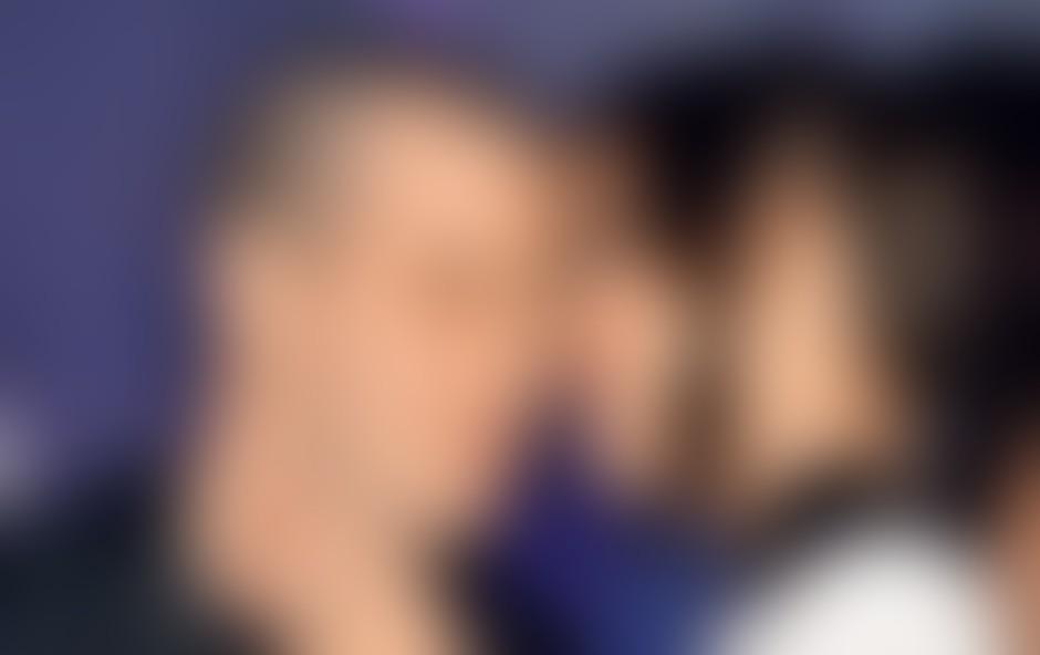 """Med poljubi ni manjkalo nežnosti. """"Parčku se vidi, da je sveže zaljubljen,"""" nam je zaupal naš video paparac."""