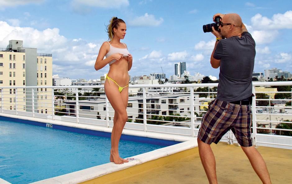 Aleš in Nina sta del svoje obveznosti opravila ob prestižnem bazenu hotela Epic. (foto: Playboy)