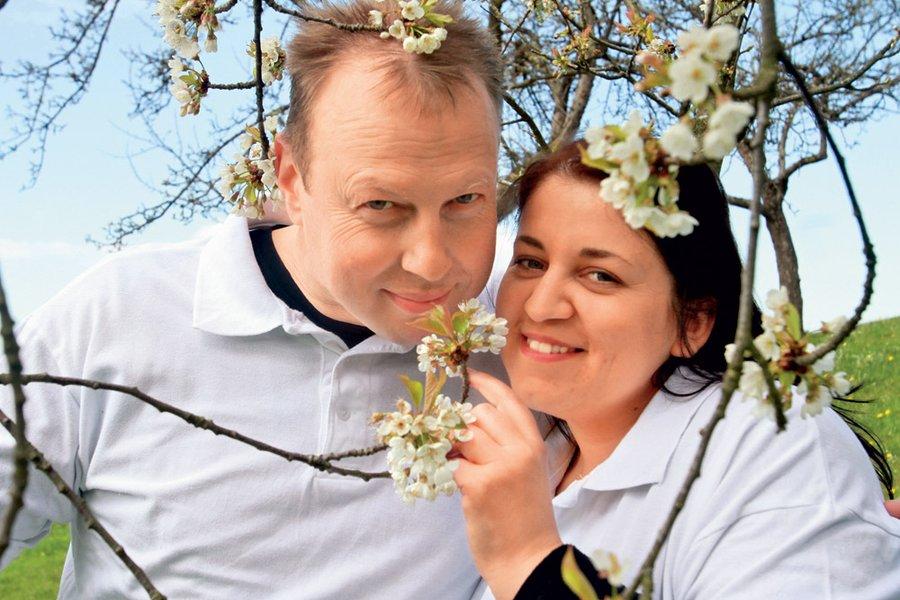 Njuna ljubezen še vedno cveti, trenutno pa se intenzivno posvečata razvoju turistične kmetije in pripravam na poroko.