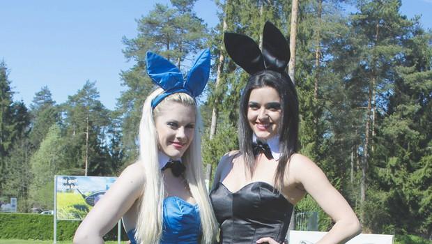 Barbara (v črnem kostimčku) je skupaj z Leo sodelovala kot Playboyeva zajčica na prvem od treh Jaguar Land Rover 2012 golf turnirju. (foto: Gojko Zrimšek)