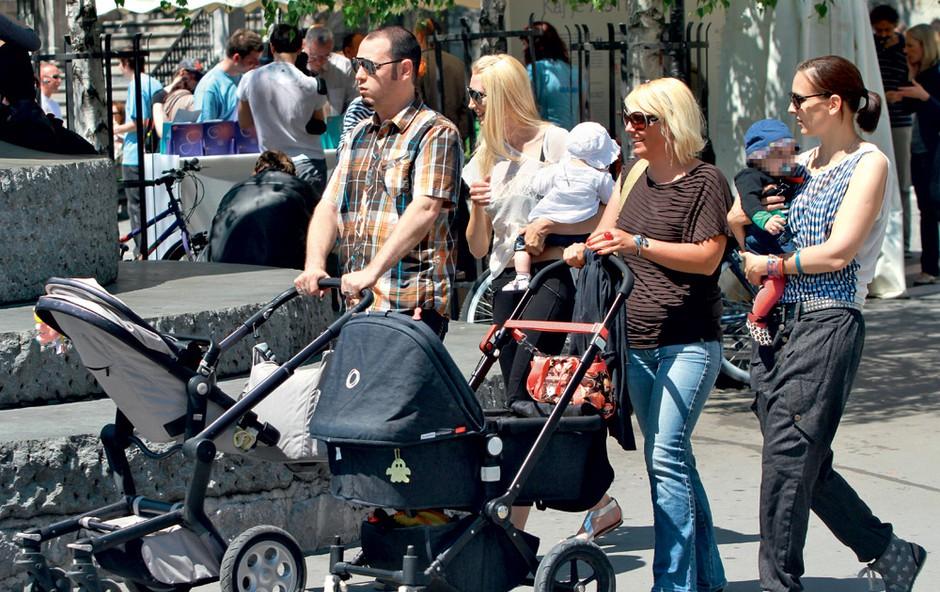 Z leve: Tomi, Manca z malo Noro, Mojca Verbec in Kristina Kurent z dojenčico Hano. (foto: Story press)