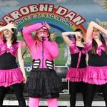 Aleksandra Vovk - mini April (sestrica glasbenika Raaya) na nastopu s svojimi plesalkami (foto: Žare Modlic)