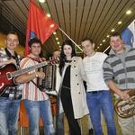 Eva in njeni muzikanti, ki so jo prišli sprejeti na letališče Jožeta Pučnika. (foto: DonFelipe)