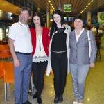Evi je družbo v Bakuju delala sestra Sanja, starša pa sta svojo najstnico počakala doma. (foto: DonFelipe)