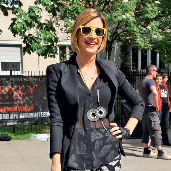 Hannah Mancini na zabavi Blok party 3. Spet jo imamo! Absolutno zmagovalko v boju za modni prestol tedna. Kako odličen primer tega, da lahko tudi superge v kombinaciji z bolj glamuroznimi oblačili delujejo prav 'njami'! Celotna podoba je popolnoma odštekana in drugačna, bravo, Hannah! Temu bi jaz rekla: »You got swag, baby!« Prinesla si nam New York, za kar sem ti izjemno hvaležna. Dekleta, pajkice z geometrijskim vzorcem in visoke supergice – najbolj vroča kombinacija ta hip! Igrala si se s prosojnostjo in dodatki, kar da zadevi ostrino in 'street cred', bi rekli čez lužo. Rokavičke in očala v rumeni barvi pa so pika na i.