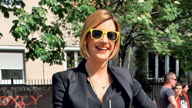 Hannah Mancini na zabavi Blok party 3. Spet jo imamo! Absolutno zmagovalko v boju za modni prestol tedna. Kako odličen primer tega, da lahko tudi superge v kombinaciji z bolj glamuroznimi oblačili delujejo prav 'njami'! Celotna podoba je popolnoma odštekana in drugačna, bravo, Hannah! Temu bi jaz rekla: »You got swag, baby!« Prinesla si nam New York, za kar sem ti izjemno hvaležna. Dekleta, pajkice z geometrijskim vzorcem in visoke supergice – najbolj vroča kombinacija ta hip! Igrala si se s prosojnostjo in dodatki, kar da zadevi ostrino in 'street cred', bi rekli čez lužo. Rokavičke in očala v rumeni barvi pa so pika na i. (foto: Helena Kermelj)