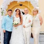 Matjaž Vlašič in njegova žena Urša sta veselo nazdravljala z ženinom in nevesto. (foto: Anton Žbogar)