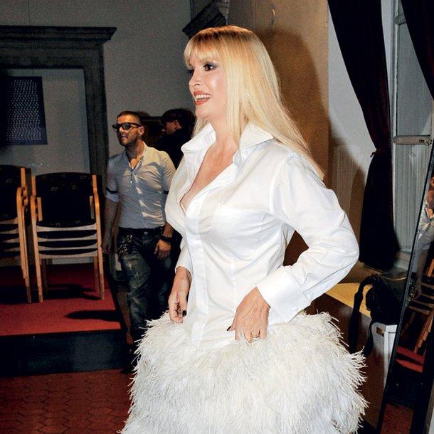Helena Blagne na koncertu v Križankah. Pri meni vedno zmaga drugačnost in Helena, ti si vedno pravi modni ekscentrik! Obleko smo že videli, a nikoli ujeli v objektiv (tudi sicer podpiramo reciklažo). Prav gotovo je inovativna, saj je premišljeno in komično zastavljena. Všeč mi je, ker se ob prvem pogledu nanjo zdrzneš in vprašaš, kaj za boga ob tako razkošnem spodnjem delu počne bela srajca??? Potem se ustaviš in vidiš, kako zabavno je! Še nikoli videno (no, drugič), vsaj pri nas ne! Super!