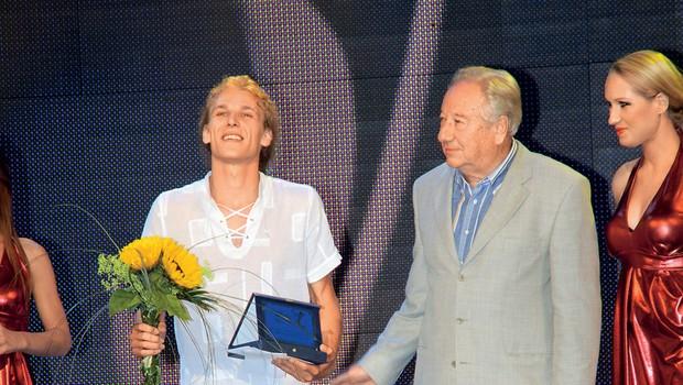 Matija Jahn leta 2009 ko je nastopil na Melodijah morja in sonca in pobasal nagrado za najbolj obetavnega mladega izvajalca. (foto: Sašo Radej)