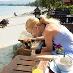 """Na Tajskem je veliko zapuščenih psov, ki so Tayi delali družbo med zajtrkom v prestižnem hotelu. """"Le zajtrk sva jedla v hotelu - kadar ga nisva prespala,"""" je povedal Jernej. (foto: osebni arhiv)"""