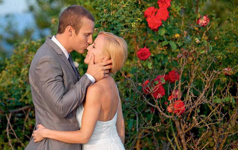 Kot je bilo pričakovati, sta mladoporočenca na poročnem slavju dobesedno žarela  od sreče.  (foto: Darja Štravs Tisu)