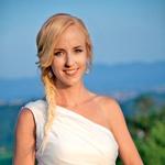 Televizijska voditeljica je kot nevesta blestela v poročni obleki modne oblikovalke Nine Šušnjara.  (foto: Darja Štravs Tisu)