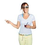 Alenka Bikar naDiVino plaži. Po navadi je najtežje izbrati pravilne dodatke, ki bi se stilsko dopolnjevali, ne da bi bili zaradi tega nadležni. Uspelo ti je skoraj nemogoče, saj si jih kombinirala celo barvno! Za to dobiš en aplavz. V celoti si povsem simpatično poletno razpoložena, saj naravnost obožujem rumene hlače in povsem enostavno belo majico. Si res odličen primer tega, kako zelo velik pomen imajo dodatki. Izbira: 'Morske sandale' sandali s pluto, pas, ki bi ga lahko uporabila tudi na jahti, in uhani, ki so popolnoma boemski. Zanimivo!  (foto: Sašo Radej)