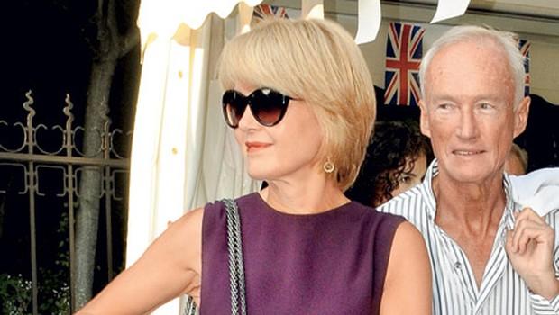 Nevenka Črešnar Pergar na sprejemu britanske ambasade. Temu bi rekla prava dama visoke družbe, ki je primerno statusu tudi povsem elegantno oblečena, in to od glave do peta. Brez težav bi jo lahko poslali na kakšno hollywoodsko zabavo, kaj pravite? Vsakdo bi lahko kdaj pa kdaj posegel po klasiki in 'mali črni oblekici', ki je v tem primeru prav lepega barvnega odtenka. Eleganco je potencirala z minimalističnimi dodatki, kot sta pas in ura s tanjšim paščkom. 'Chanelka' in svilen šal sta pika na i. Ahhh, kaj bi dale, da bi se lahko sprehodile po njeni omari … (foto: Sašo Radej)
