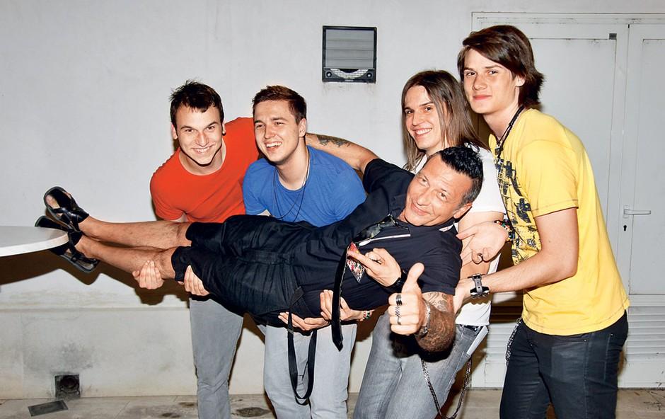 Nad svojim mentorjem in menedžerjem Alešem Uranjekom so fantje navdušeni tako zelo, da so ga po koncertu nosili po rokah.  (foto: Helena Kermelj)