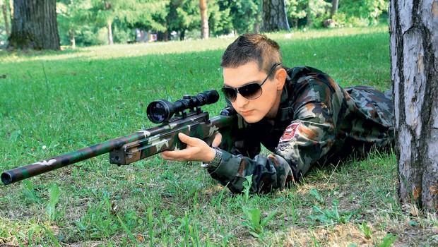 Orožje ni za Damjana, kar je na srečo hitro ugotovil. (foto: revija Lea)
