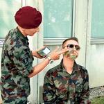 Damjana so v vojašnici tudi opremili z bojnimi barvami.  (foto: revija Lea)