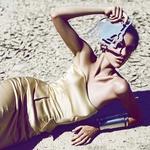 Za zaščito obleke so manekenko podložili s polivinilom, da ne bi na pesku uničili kreacije. (foto: revija Lea)