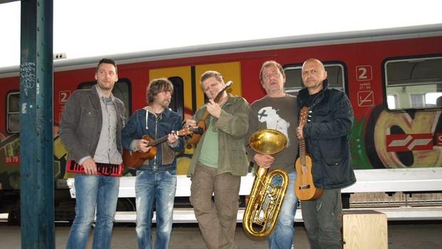 Skupina je popestrila ponedeljkovo jutro na ljubljanski železniški postaji. (foto: Osebni arhiv)