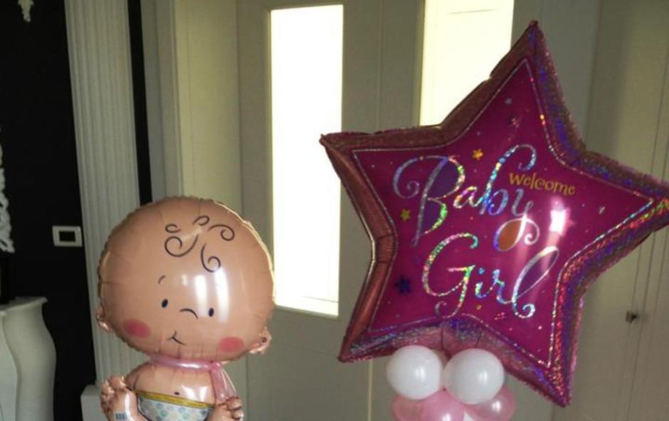 Rebeko in Šajano so ob prihodu domov pričakali baloni. (foto: osebni arhiv)
