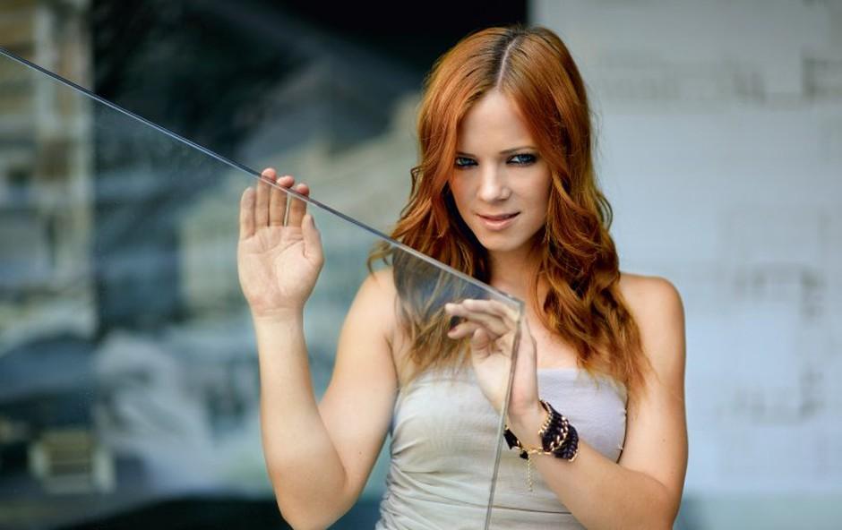 V živo ob 19h: Nina Pušlar poje za svoje spletne poslušalce (foto: Primož Predalič)